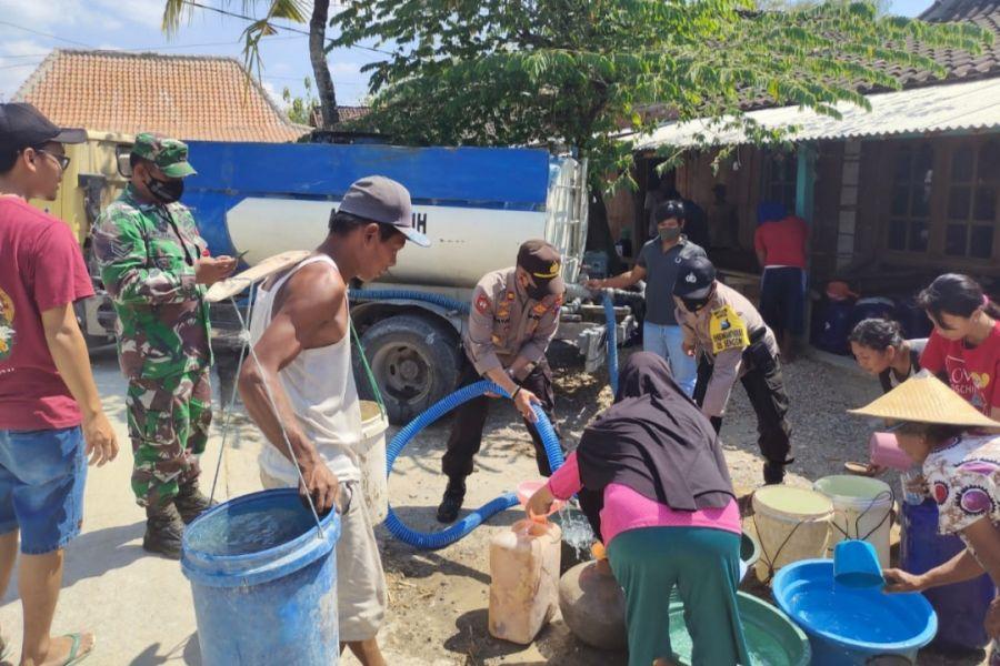 Gandeng BPBD, Polsek Ngambon Salurkan Air Bersih di Wilayah Kekeringan