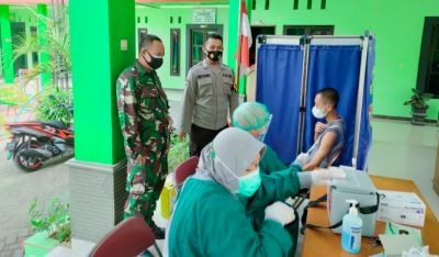 Babinsa Koramil Bojonegoro Monitoring Kegiatan Vaksinasi Massal di Wilayah Binaan