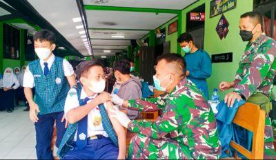 Bersinergi dengan Dinkes, Kodim Bojonegoro Vaksinasi Pelajar dan Masyarakat di Padangan