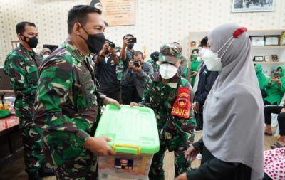 Danrem 071/Wijayakusuma Salurkan Bantuan dari Bapak Kasad dan Ibu Ketua Umum Persit KCK Kepada Anak