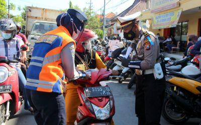 Hari Pertama Operasi Patuh Semeru 2021, Polisi Sebar Brosur