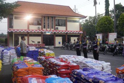 Kapolres Bojonegoro Lepas Bansos 5.600 Paket Beras untuk Masyarakat Tidak Mampu