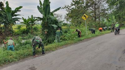 Kodim Bojonegoro, Pemdes dan Warga Pekuwon Bersih-bersih Jalan Poros Sumberejo - Kedungadem
