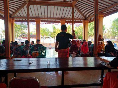 Alumni Pesantren Sukorejo Menggerakkan Literasi Pemuda Pulau Giliiyang