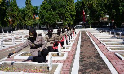 Peringati Hari Jadi Polisi Wanita Ke-73, Polwan Polres Bojonegoro Ziarah Ke TMP