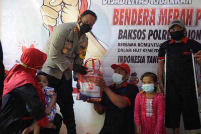 Polisi Bojonegoro Salurkan Bansos dan Bendera Merah Putih Ke Perkumpulan Disabilitas