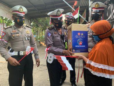 Polres Bojonegoro Bagikan Sembako dan Bendera Merah Putih Ke Warga Terdampak PPKM Darurat Level 4