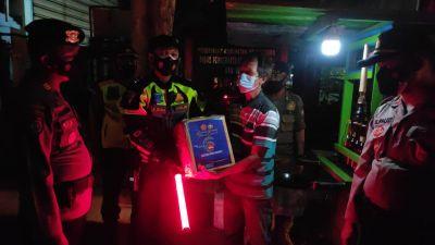 Polres Bojonegoro Gelar Patroli Skala Besar dan Salurkan Bansos di Saat PPKM Level 4