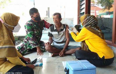 Upaya vaksinasi secara door tu dor kepada lansia terus di kebut tenaga medis dan Babinsa 22 glagah